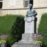 05. Sculpture de Pierre Canisius devant le collège St-Michel (Photo : SJ-Bild)