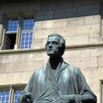 06. Sculpture de Pierre Canisius devant le collège St-Michel (Photo : SJ-Bild)