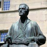 07. Sculpture de Pierre Canisius devant le collège St-Michel (Photo : SJ-Bild)