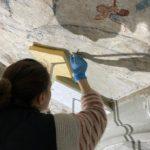 27. Restauration de la chapelle du St-Sépulcre par l'atelier Olivier Guyot. Consolidation et refixage en cours. (Photo : atelier O. Guyot)